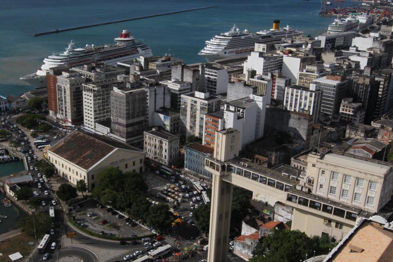Navios ancorados no porto de Salvador (BA)