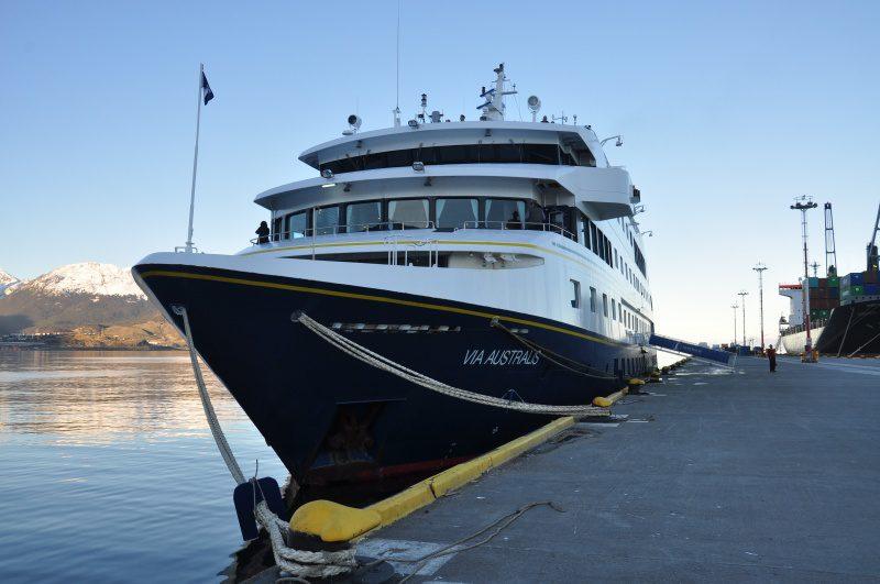 O Via Australis é um navio construído em 2005 e possui 64 cabines, podendo levar até 120 passageiros