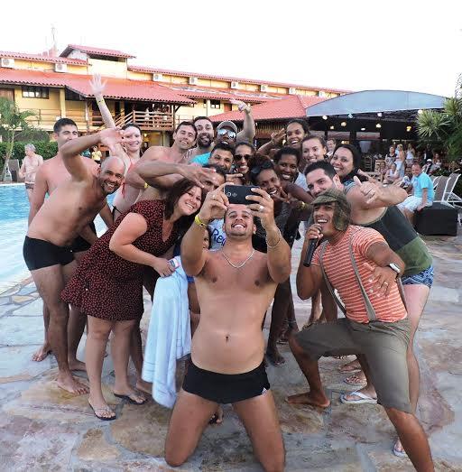 Hóspedes do resort fizeram a festa em selfies com as garotas (fotos: divulgação)