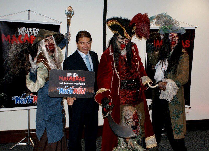 Presidente Alain Baldacci entre piratas e zumbis das Noites Macabras. (Foto: DT)