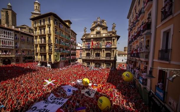 Multidão toma ruas de Pamplona para início da Festa de São Firmino