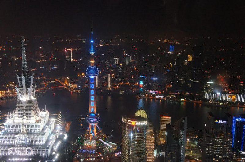 Pearl Tower iluminada vista a partir do Shanghai International Financial Center