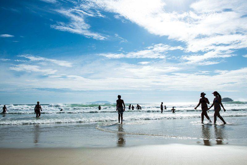 Praia de Florianópolis conquista Bandeira Azul e atrai turistas