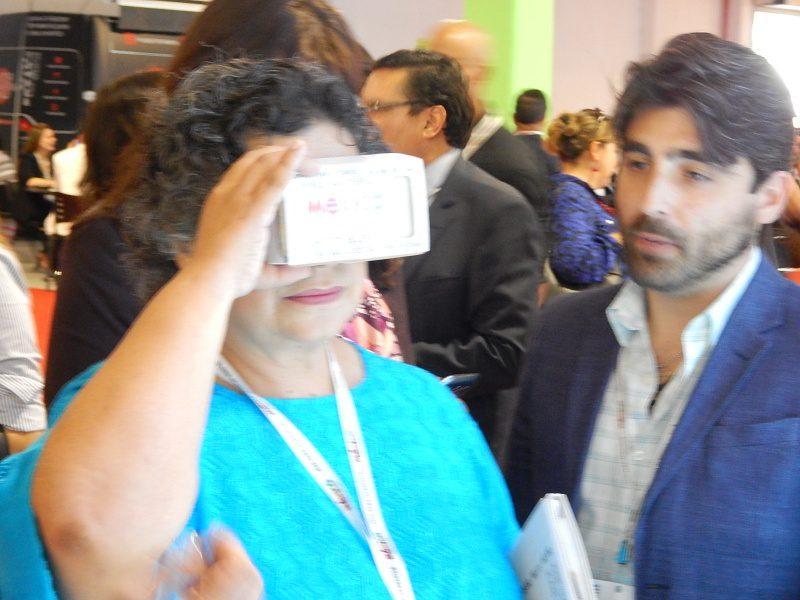 Embaixadora Beatriz Paredes conhecendo o Card Board.