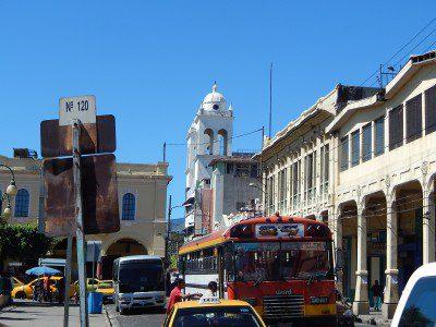 Centro de San Salvador e com a Catedral Metropolitana ao fundo. (Foto: Marcos J. T. Oliveira)