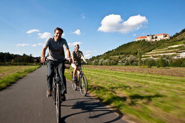 O país oferece 200 rotas de longa distância e milhares de quilômetros de ciclovias (Foto: DZT)
