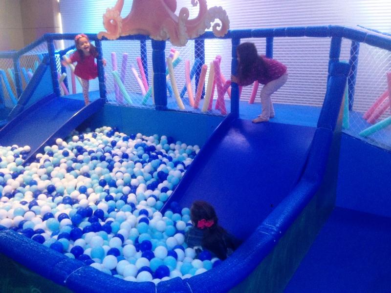 Crianças na piscina de bolinha do novo espaço do Novotel Center Norte