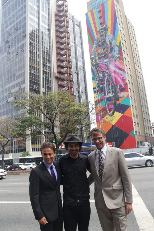 Kobra, ao lado de Patrick Mendes (CEO da Accor) e Frank Pruvost (diretor de desenvolvimento da marca Ibis