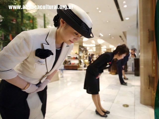 Curso de Etiqueta Japonesa ensina atitudes elegantes e respeitosas do povo japonês