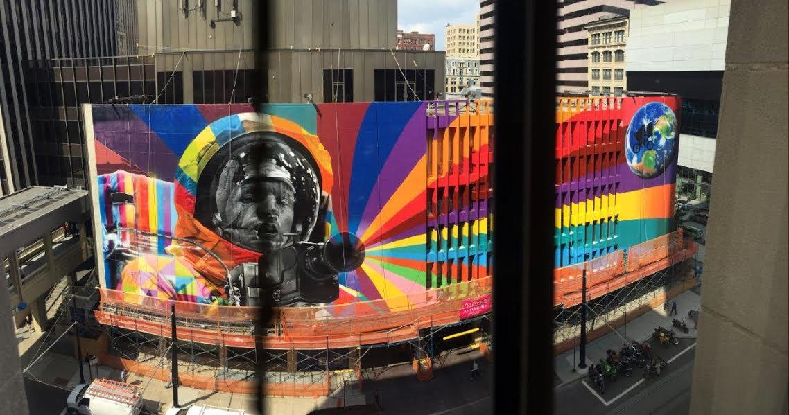 Em agosto, o muralista brasileiro fez em Cincinnati, nos EUA, um mural de 44 metros de largura por 16,15 metros de altura, sobre o astronauta Neil Armstrong (Foto: divulgação)