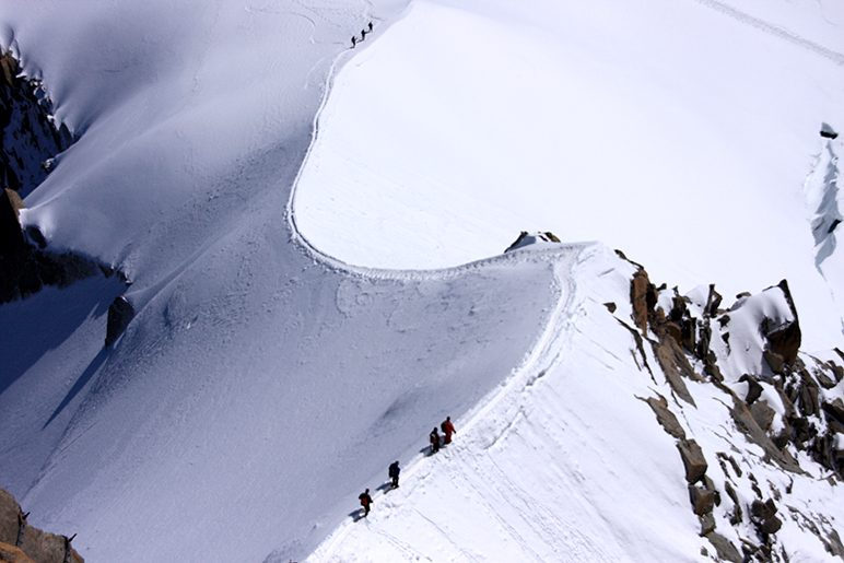 O inverno a recobre com um manto liso de neve, o sonho dos esquiadores