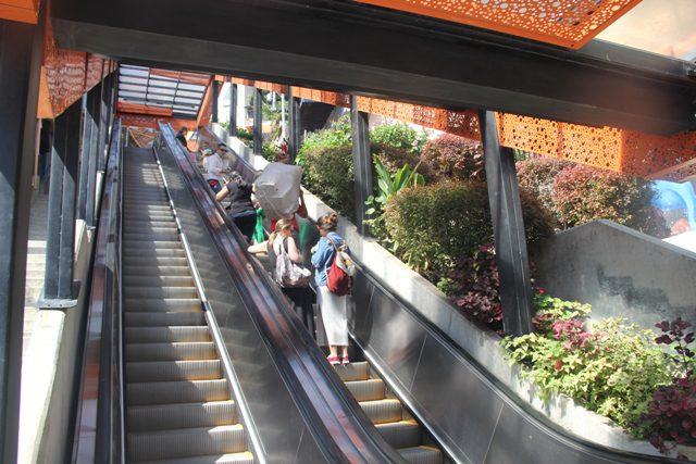 Escadas rolantes: aqueceu a economia local e fez crescer novos pequenos comércios, dividindo espaço com as casas (Foto: DT)