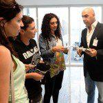 Presidente da Riotur recebe turistas no Galeão