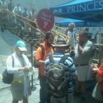 Turistas são recebidos por guias e monitores no porto de Salvador (BA)