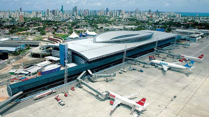 Aeroporto do Recife recepciona turistas com frevo durante o carnaval 2017