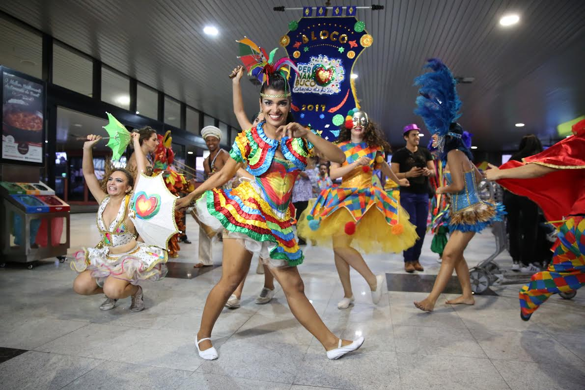 Aeroporto Internacional do Recife recepciona turista no clima do Carnaval