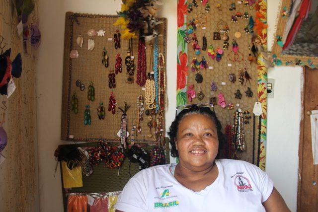 Silvia Negrão, vice-presidente da Associação, comenta que o shopping das artesãs é a mata, rio e o mar