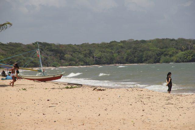 Vale uma caminhada pela praia para sentir a brisa no calor intenso e revigorante (Foto: DT)