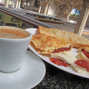 Café e pastel Romeu e Julieta