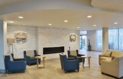 Entre algumas melhorias, o Radisson Hotel Denver Central reformou os lobbys (Foto: divulgação)