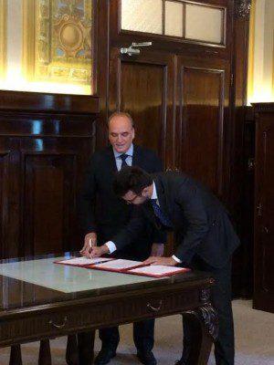 O responsável pela área jurídica da Localiza, Christian Xavier, assinando o termo de compromisso (Foto: divulgação)