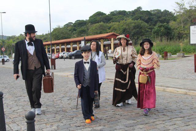 Personagens, em trajes de época, dão mais veracidade à viagem no tempo (Foto: DT)