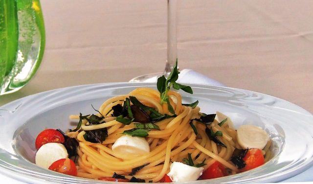 Opções vegetarianas: Spaghetti especial e aromático com crostini de berinjela, tomate sweet grape, bocconcini ao aroma de azeite de manjerona (Foto: divulgação)