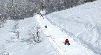 Crianças se divertindo na neve de Bariloche, Argentina (Foto: divulgação)