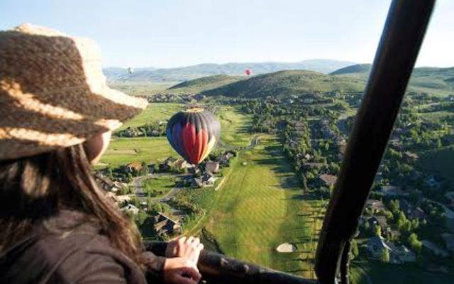 É possível praticar rafting, fazer um passeio de balão ou a cavalo (Foto: Divulgação)