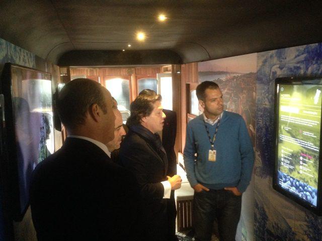 Bernardo Barreiros, diretor do Turismo de Portugal, mostrando o interior do bonde (Foto: Lucas Kina)
