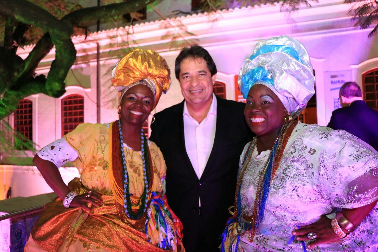 Secretário José Alves e as baianas em seus trajes tradicionais (Foto Tatiana Azeviche_Setur Bahia)