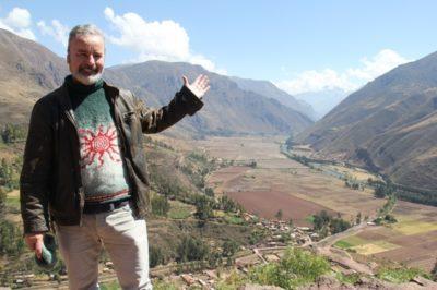 O jornalista Paulo Atzingen diante do Vale Sagrado