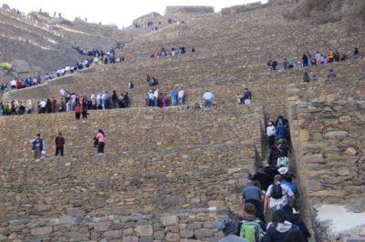 A fortaleza de Ollantaytambo apinhada de turistas