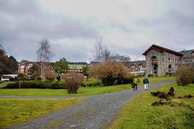 O hotel é rodeado de bosques, rios e lagos do Parque Nacional Puyehue, um santuário da natureza patagônica