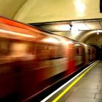 Explosão de bomba caseira em trem lotado do metrô de Londres deixa 22 feridos