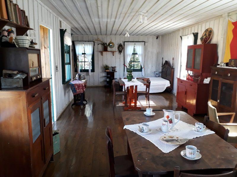 A vila transfere uma nostalgia por apresentar de forma intacta, irretocável, as casas de madeira como eram a 100 anos (Foto: DT)