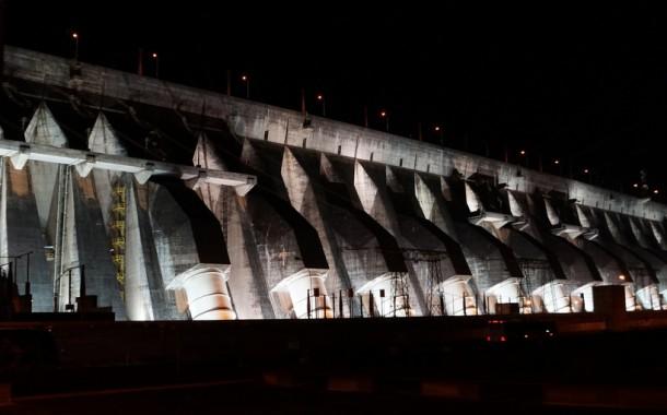 Itaipu adota Outubro Rosa e ilumina barragem em campanha contra o câncer de mama