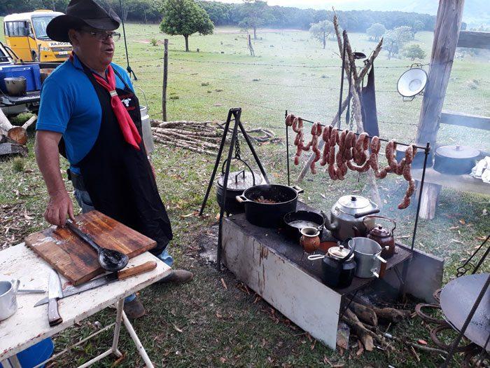 A mais original cultura tropeira nos recepciona trajada à moda campeira, com lenço vermelho no pescoço (Foto: DT)