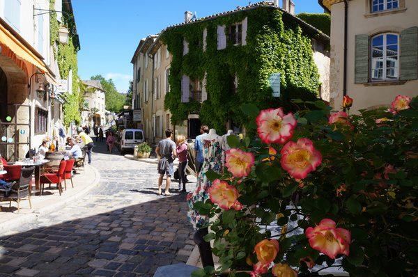 Ruas floridas e tranquilas de Lourmarin