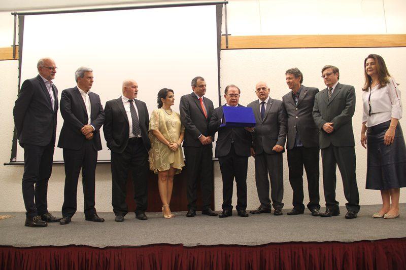 Presidentes e representantes das ABIHs estaduais entregam a Jatahy placa alusiva à sua administração (Fotos:DT)