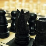 Jogando xadrez – Tom Coelho