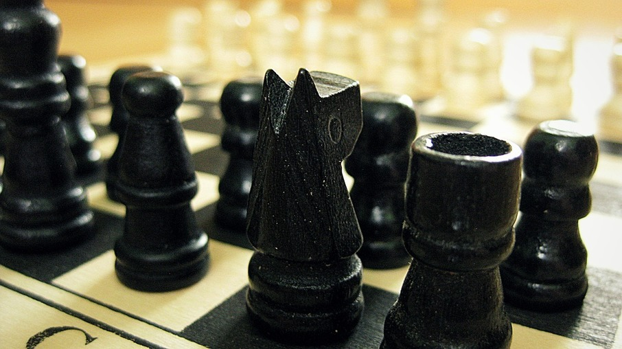 Jogando xadrez - Tom Coelho
