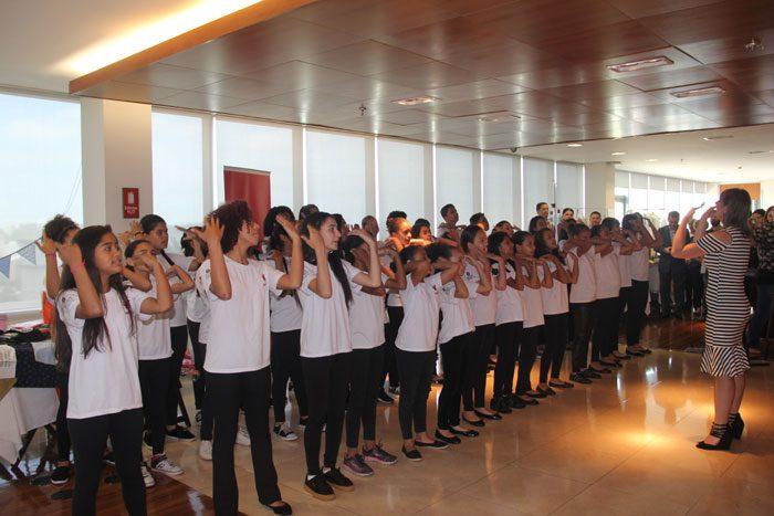 O coral de crianças e adolescentes da Unives abriu o Solidarity Week 2017