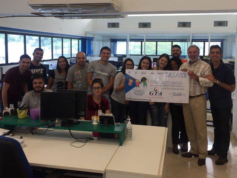 GTA doa cheque ao GRAACC, em apoio à luta contra o câncer infantil