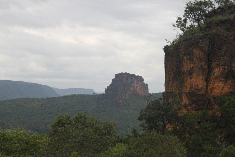 """Pilares da Chapada, Morro da Maroquinha, do Jacurutu, Serra da Cangalha, Morro do Chapéu Virado, do Pico e das Sete Marias"""", são alguns dos nomes das mesas e mesetas que compõem o cenário"""