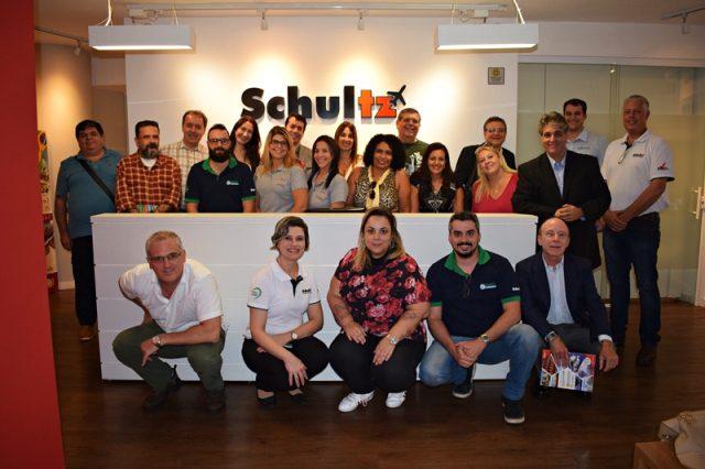 Equipe da Schultz, juntamente com Clayton, da Europamundo,  e os agentes viagens presentes na capacitação (Crédito: Ana Azevedo/DT)