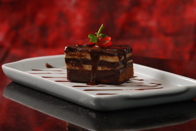 Sobremesas especiais, como esta Torta Ópera com avelã (crédito: divulgação)