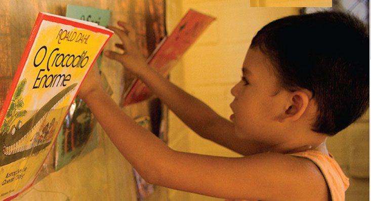 Azul distribui centenas de livros infantis e infanto-juvenis em comunidades da Amazônia