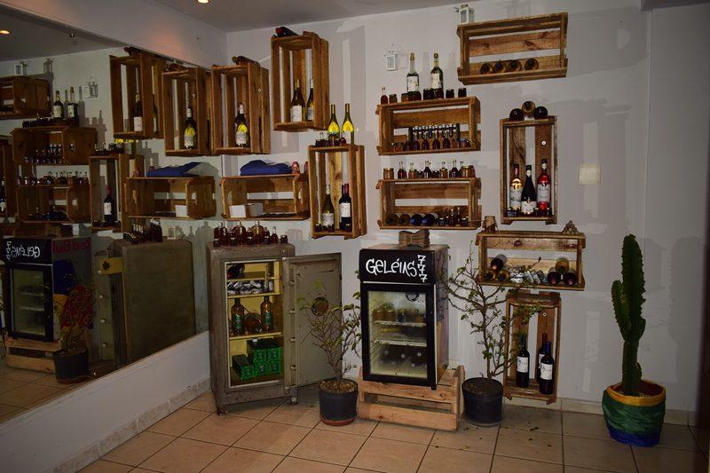 Vinhos, Chás, Licores, Geléias e doces, são algumas das especiarias Chilenas disponíveis no restaurante