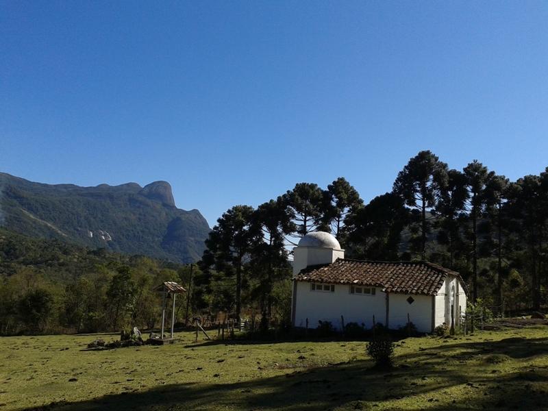 Há também um templo pequeno, santuário espiritual, nos arredores, que encanta pelos cantos gregorianos...